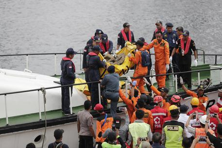 Aereo caduto in Indonesia, recuperati dieci corpi