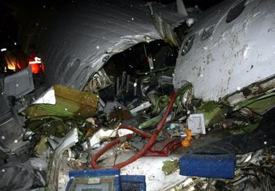 Aereo di linea precipita in Iran: morte 66 persone