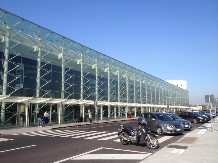 Bimbo chiuso in auto a Catania con 40 gradi: poliziotto rompe il finestrino