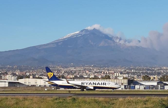 Etna, dopo la cenere l'aeroporto torna operativo