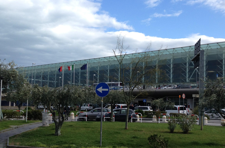Migranti con documenti falsi a Catania, reimbarcati su un volo