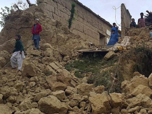 La terra trema fra Afghanistan e Pakistan: almeno 180 morti