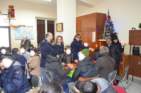 La polizia dona cibo alla mensa dei poveri di Reggio Calabria