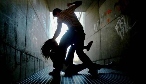 Catania, aggredisce la moglie incinta e il figlio di 6 anni: arrestato