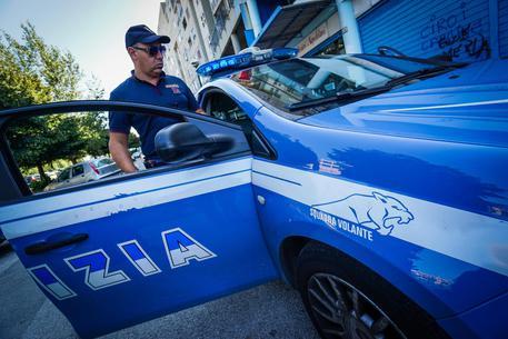 Agguato a Napoli, pregiudicato ferito a colpi di pistola: indagini