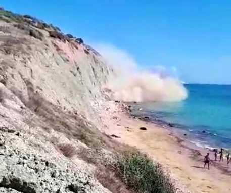 Costone di roccia crolla in spiaggia a Zingarello: paura ad Agrigento