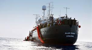I 149 migranti della Alan Kurdi per l'ottava notte in mare a largo di Trapani