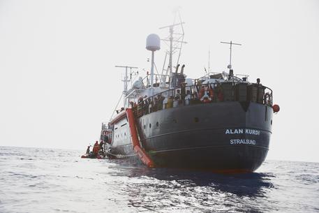 Migranti, Alan kurdi con 88 persone entra in acque italiane per il maltempo