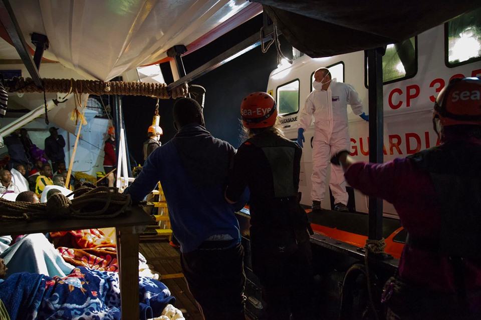 Migranti, Alan Kurdi  a poche miglia da Pachino ma non sbarca: un' evacuata