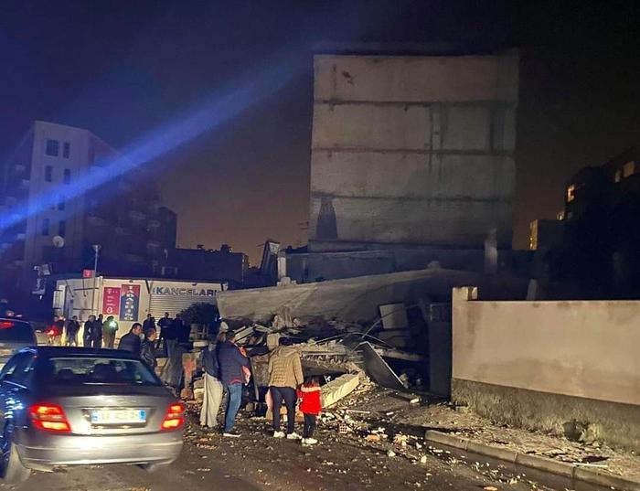 Si aggrava il bilancio del terremoto in Albania,18 morti, oltre 600 feriti e 41 persone salvate
