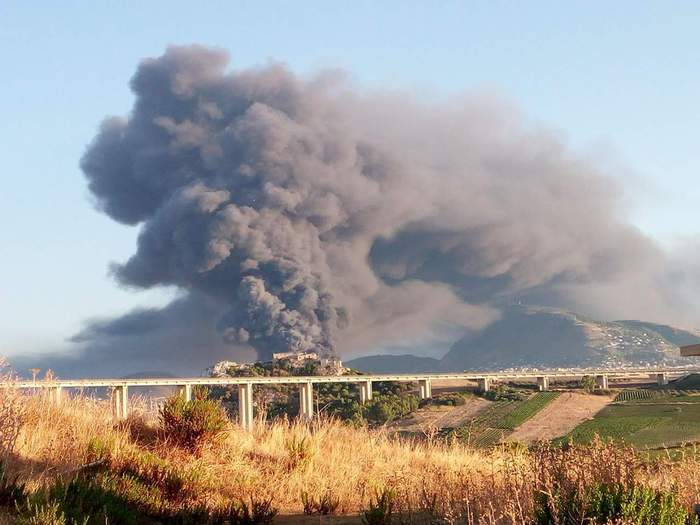 Scoppia un incendio in deposito per la raccolta rifiuti di Alcamo