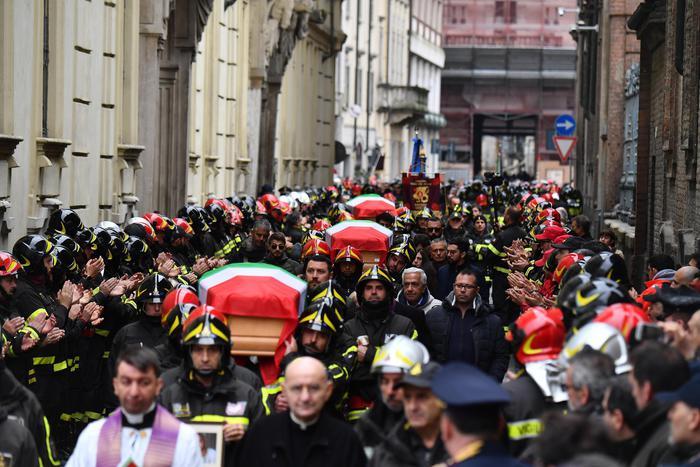 Lacrime e rabbia ai funerali dei 3 vigili del fuoco di Alessandria: salutati con le sirene