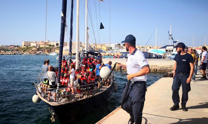 La Finanza sequestra Alex dell'Ong: migranti sbarcano a Lampedusa