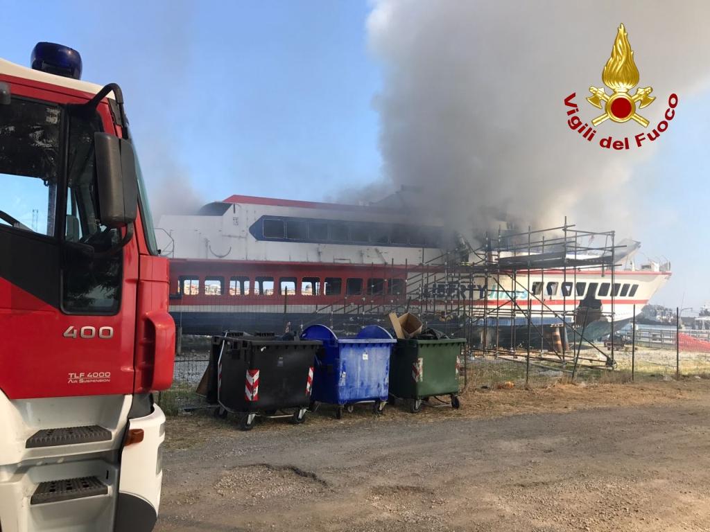 Aliscafo tirato a secco in fiamme  al molo sottoflutti  di MIlazzo