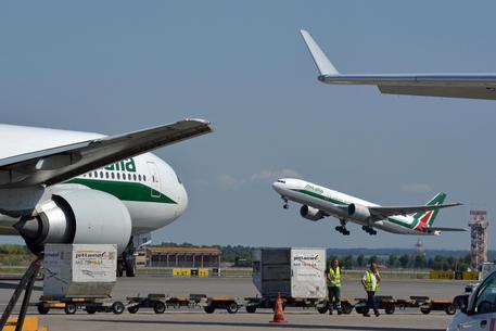 """Alitalia in stand-by, Conte: """"Non c'è una soluzione pronta"""""""