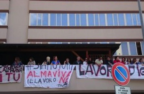 Palermo, lavoratori di Almaviva protestano sul tetto dell'edificio del call center
