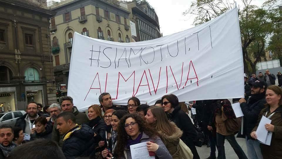 Almaviva, catena umana a Palermo con il sostegno di commercianti e portuali