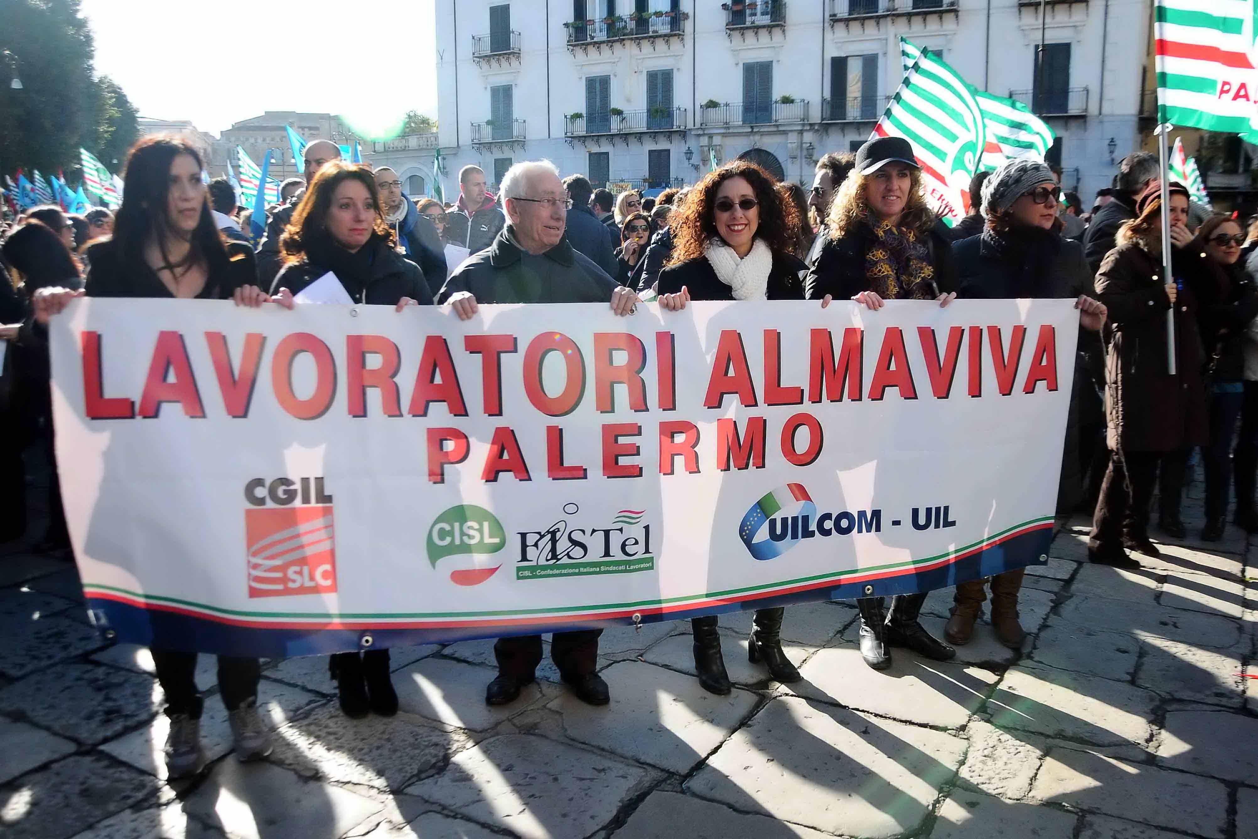 Almaviva, altri 42 trasferiti da Palermo a Rende: scatta presidio