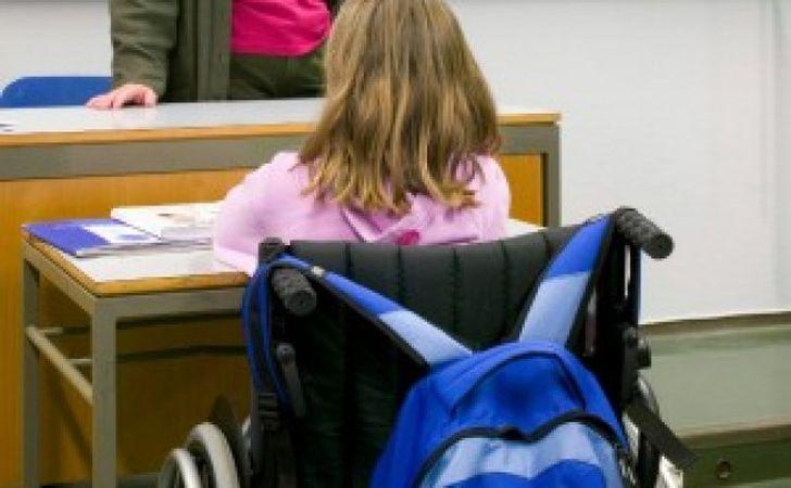 Picchia alunna disabile e guarda foto porno in classe: arrestato insegnante
