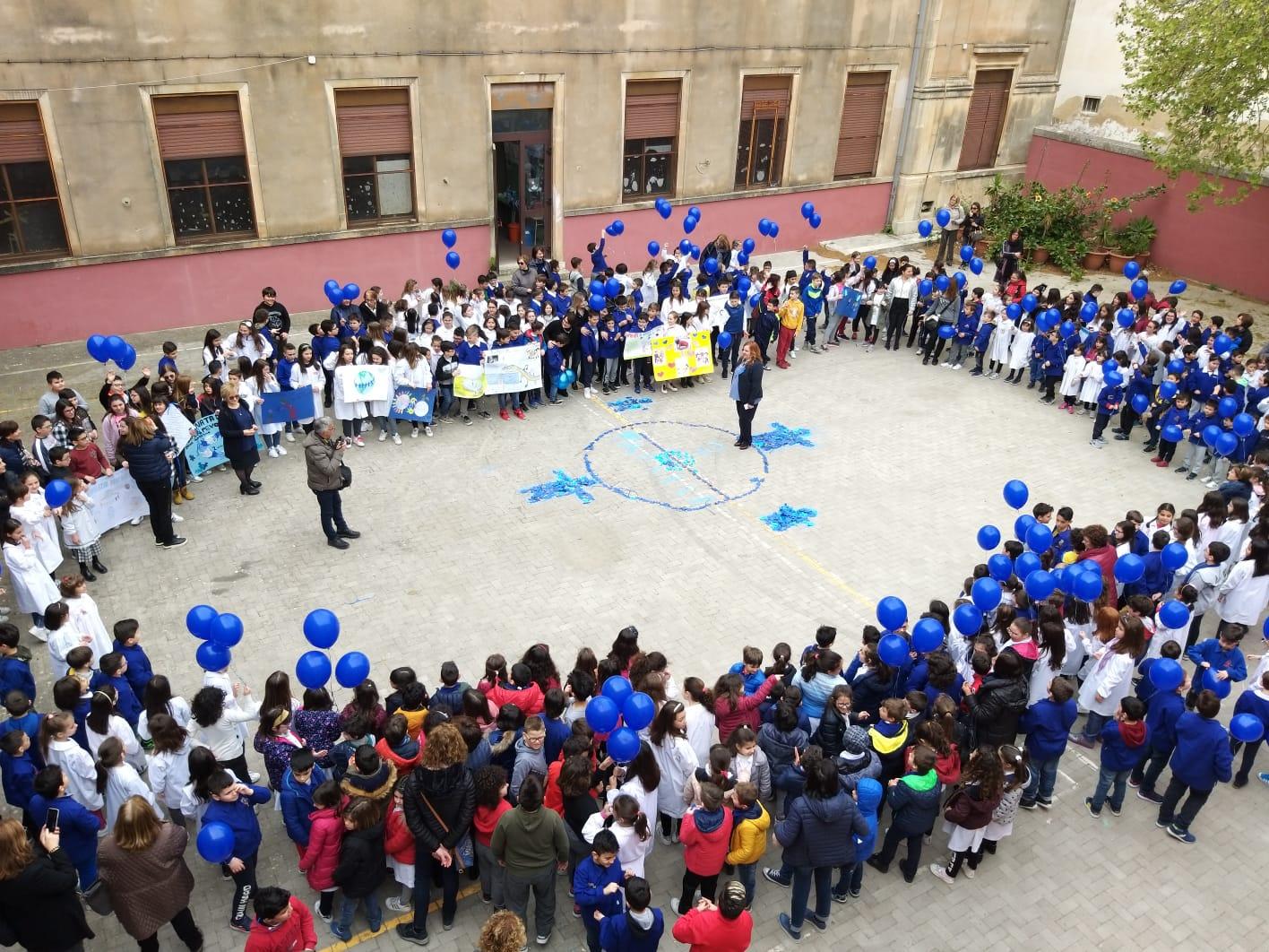 """La """"De Amicis"""" di Avola colorata di blu nella Giornata dell'autismo"""