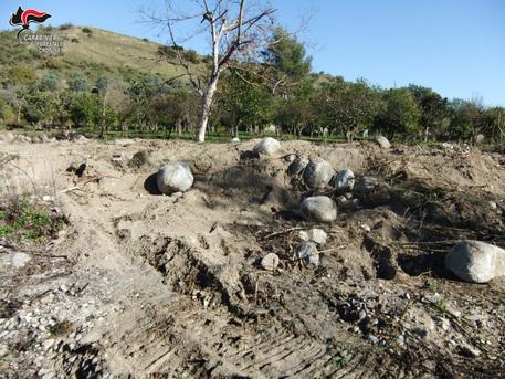 Preleva massi dall'alveo di un fiume, denunciato nel Crotonese