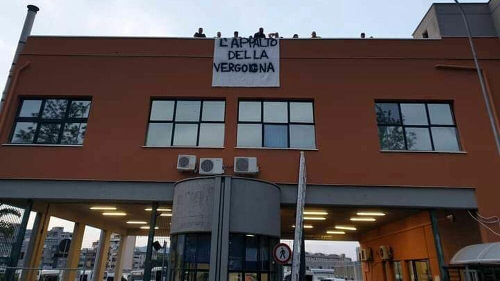 Palermo, 40 operai dell'Euroservice sui tetti dell'Amat per protesta