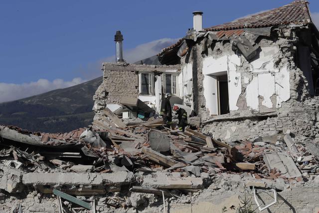 Il terremoto spazza tre paesi, il bilancio è di almeno 159 morti