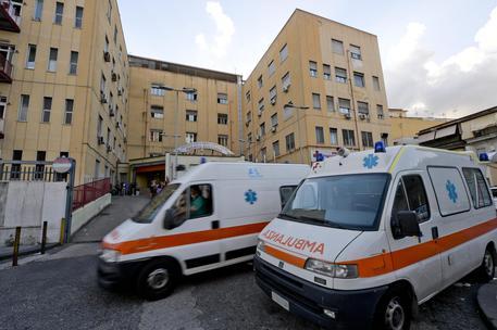 Ambulanza 'sequestrata' a Napoli, al via l'esame dei filmati