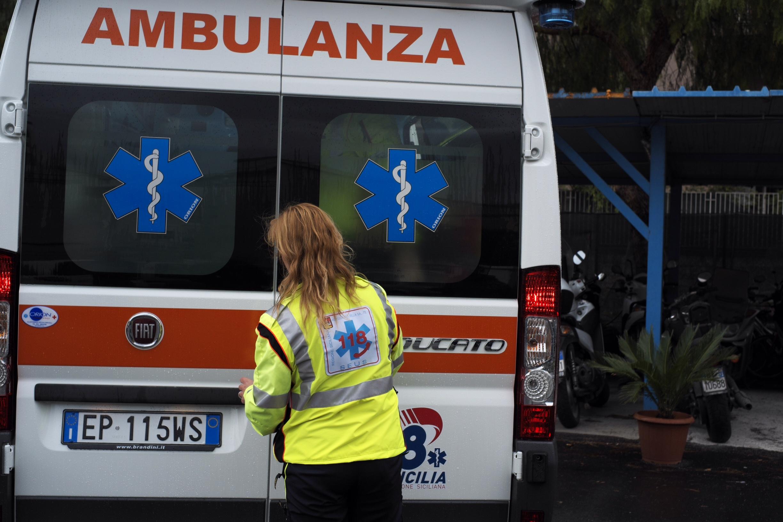 Cadono calcinacci da un balcone a Palermo, ferito uno studente