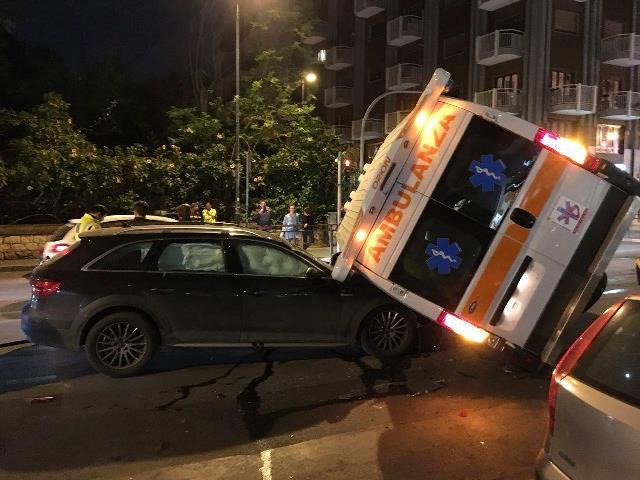 Ambulanza contro un'auto a Palermo: 5 feriti lievi