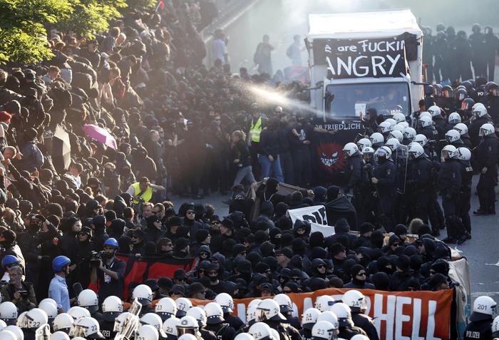 G20 ad Amburgo, negozi saccheggiati e fuoco ai cassonetti