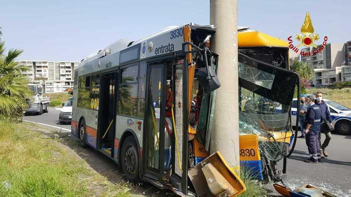Catania, bus dell'Amt contro un palo della luce: 7 feriti, due sono gravi