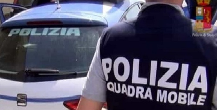 Ancona, lei si prostituiva e lui aspettava fuori in balcone: denunciato per sfruttamento