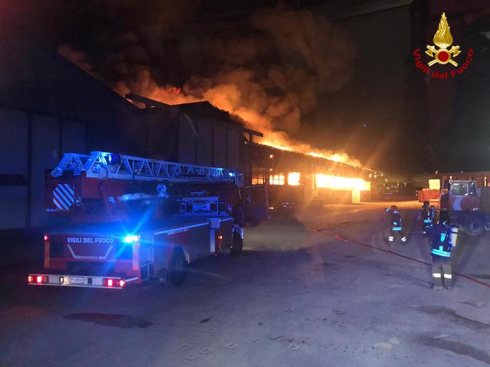 Grosso incendio al porto di Ancona, chiuse scuole municipio e parchi