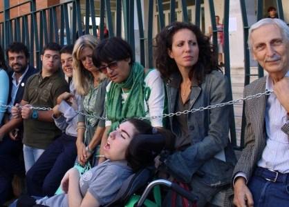 Assistenza negata agli alunni disabili di Palermo, genitori pronti a incatenarsi