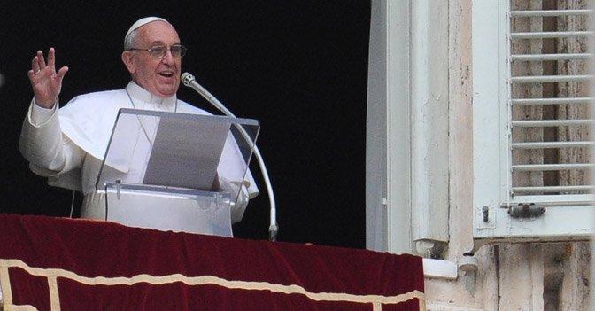 """Papa Francesco all'Angelus: """"Difendere la vita per i neonati che rischiano l'aborto e gli anziani"""""""