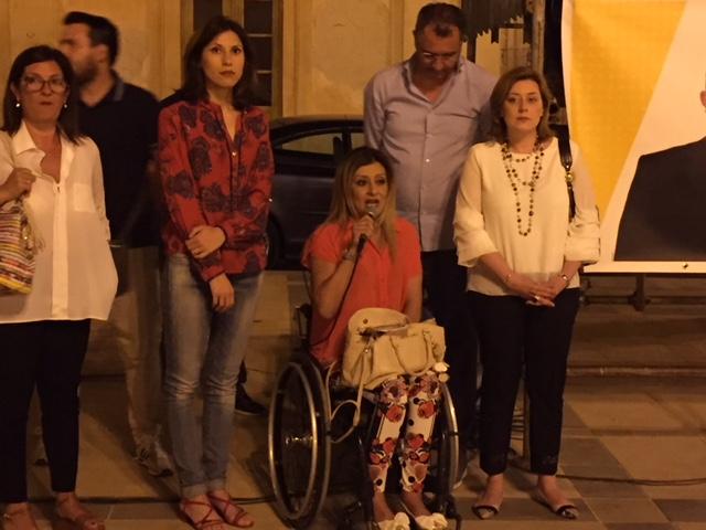 Rosolini, Anna in carrozzina con i 5Stelle per fare valere i diritti negati