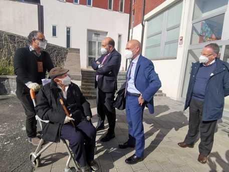 Covid, 613 positivi in Sicilia e 15 morti: vaccinato a Catania a 105 anni
