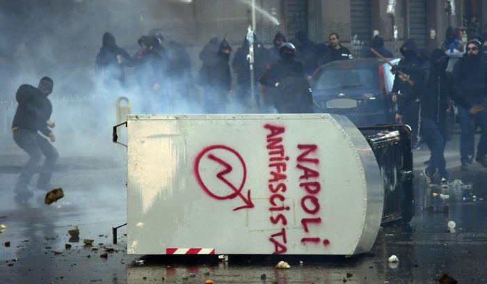 Salvini a Napoli, non si fermano le polemiche per la guerriglia urbana