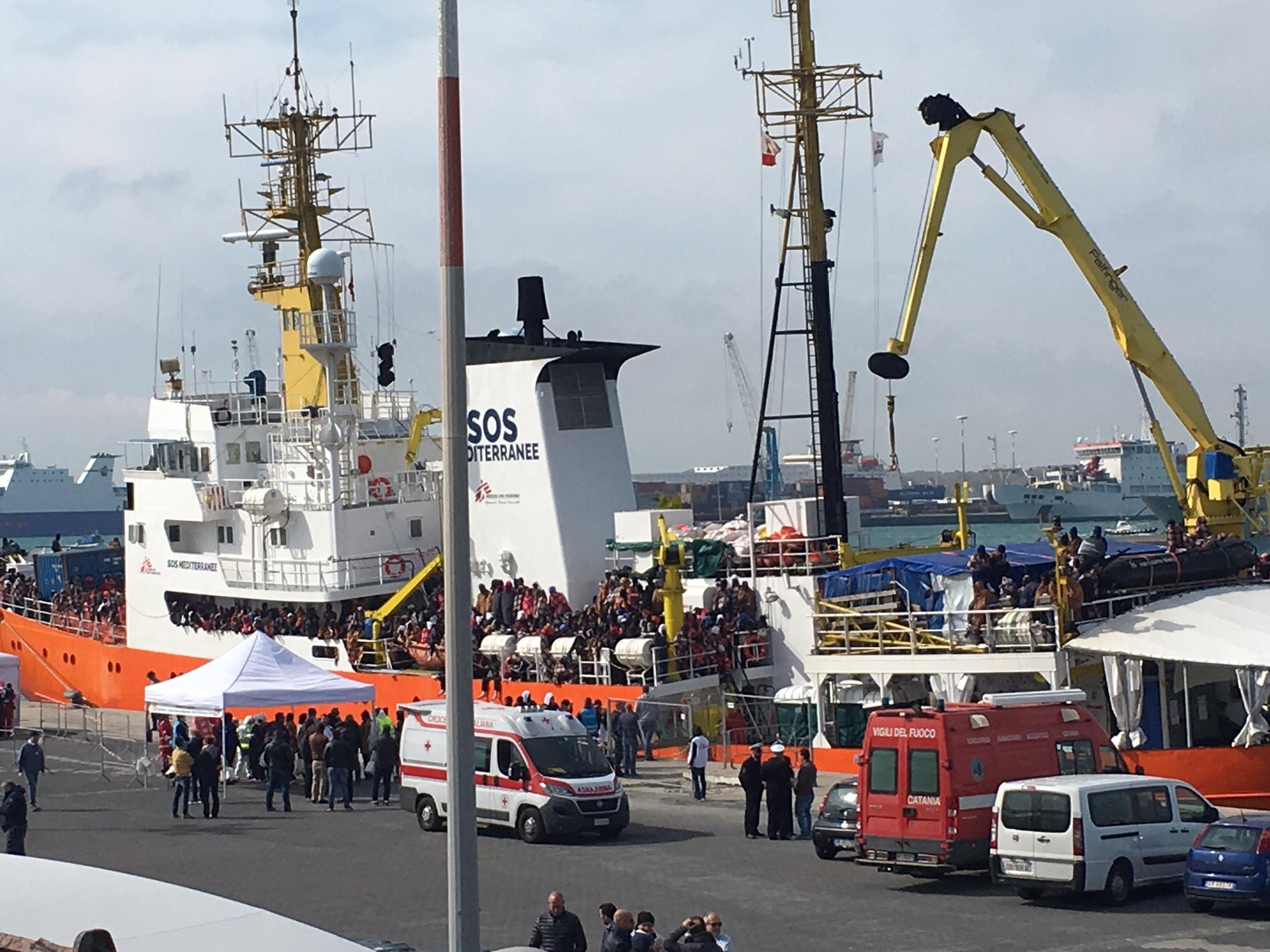 Sbarcata a Catania nave Aquarius con 421 migranti, il racconto degli orrori in Libia
