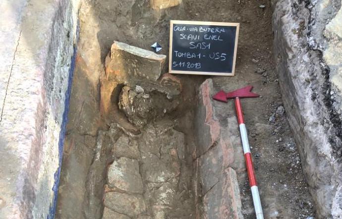 """Archeologia, ritrovato un sarcofago con """"obolo di caronte"""" in scavi a Gela"""