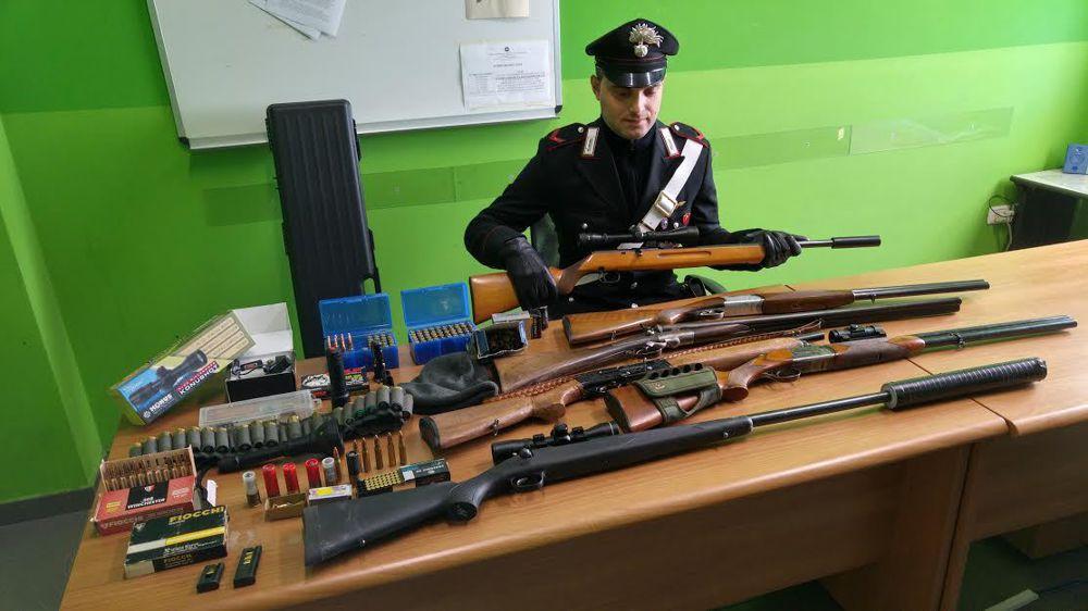 Armi illegali nascoste in casa, padre e figlio in manette a Nicosia