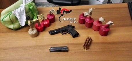 Armi e droga nascoste in un beauty case a Napoli, un arresto