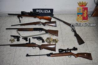 Vittoria, sequestrari 6 fucili e tre pistole: denunciato un incensurato