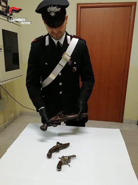Armi, nascondeva in casa tre pistole: arrestato nel Crotonese