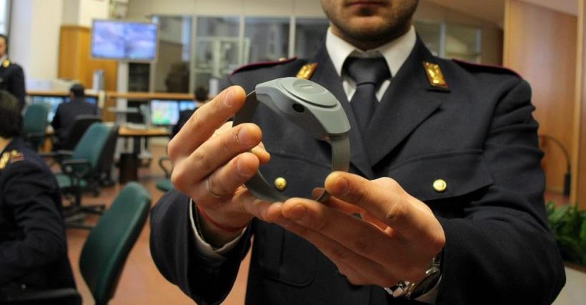 Catania, lesioni a ex moglie: domiciliari col braccialetto