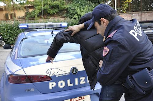 Roma: latitante punta la pistola contro gli agenti per evitare l'arresto