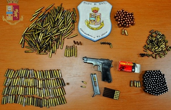 Lentini, armi e munizioni nel bagno di casa: forse al servizio della 'mala'