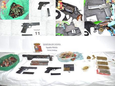 Armi, un arsenale scoperto in una tomba al cimitero di Catania