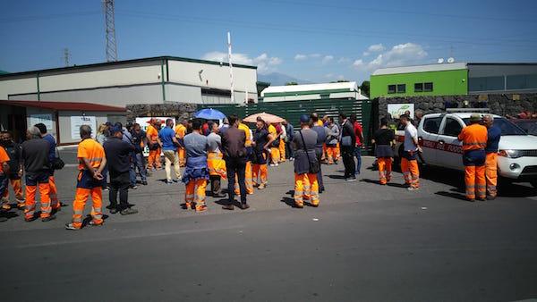 Acireale, operatori ecologici in protesta contro i licenziamenti